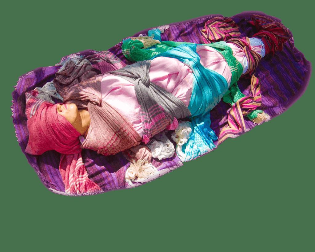 Послеродовое пеленание женщины.